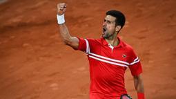 Petenis asal Serbia itu menang dengan skor 6-3, 6-2, 6-7(5), 7-5. Djokovic sukses di dua set awal pertandingan, namun pada set ke tiga Berrettini mampu bangkit dan memperkecil keunggulan. (Foto: AFP/Christophe Archambault)