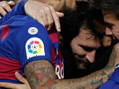 Striker Barcelona, Lionel Messi (tengah) merayakan gol yang dicetaknya ke gawang  Granada pada lanjutan pertandingan La Liga Spanyol di Camp Nou, Minggu (19/1/2020). Lionel Messi tampil menjadi pahlawan kemenangan Barcelona yang mencetak satu-satunya gol di laga tersebut. (AP/Joan Monfort)