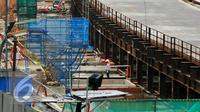 Salah satu titik proyek pembangunan jalur Mass Rapid Transit (MRT) di sepanjang Jalan Sudirman, Jakarta, Kamis, (25/5/2016). Ahok berharap investor bisa ikut bergabung bantu percepat pembangunan infrastruktur DKI. (Liputan6.com/Yoppy Renato)