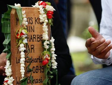 Foto: Kerabat Berikan Penghormatan Terakhir Bagi Markis Kido di TPU Kebon Nanas