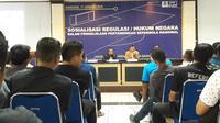 Perangkat pertandingan asal Jawa Barat mengikuti sosialisasi regulasi/hukum negara pengelolaan pertandingan sepak bola nasional di gedung Asprov PSSI Jawa Barat, Jalan Lodaya, Kota Bandung, Kamis (17/1/2019). (Bola.com/Erwin Snaz)