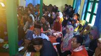 Pengungsi mendengarkan penjelasan dari PVMBG dan BMKG soal gempa susulan sebagai bagian edukasi pengungsi korban gempa. (Foto: Liputan6.com/Muhamad Ridlo)