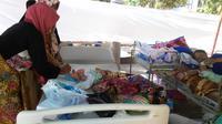 Bayi Gempita dan bersama bayi-bayi lainnya yang dirawat di halaman RSUD Selong, Lombok Timur. (Liputan6.com/Sunariyah)