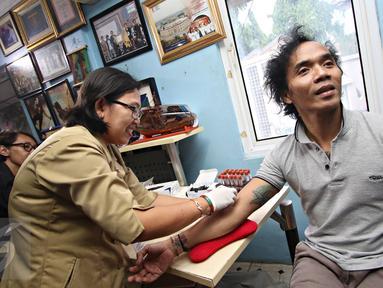 Personel Grup Band Slank, Kaka menjalani tes HIV di Jakarta, Selasa (8/12). Kegiatan tersebut diadakan sebagai bentuk kepedulian Slank bersama Slankers dalam peringatan hari AIDS sedunia. (Liputan6.com/Immanuel Antonius)