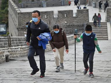 Sejumlah wisatawan mengunjungi Tembok Besar bagian Badaling di Beijing, ibu kota China, pada 24 Maret 2020. Bagian dari Tembok Besar yang terkenal di Beijing itu telah dibuka kembali sebagian pada Selasa (24/3), setelah ditutup selama hampir dua bulan akibat corona COVID-19.  (Xinhua/Chen Zhonghao)