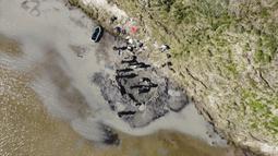 Sejumlah orang mencari tulang mammoth di Danau Pechevalavato, Yamalo-Nenets, Rusia, Rabu (22/7/2020). Para ilmuwan berharap bisa mengambil seluruh kerangka hewan purba yang punah sekitar 10 ribu tahun lalu tersebut. (Artem Cheremisov/Governor of Yamalo-Nenets region of Russia Press Office via AP)