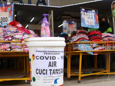Tempat cuci tangan disediakan di depan toko di Pasar Baru (9/6/2020). Jelang pemberlakuan normal baru sejumlah toko di kawasan tersebut mewajibkan para pembeli untuk cuci tangan terlebih dahulu untuk menekan penyebaran covid 19. (Liputan6.com/Angga Yuniar)