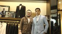 Ajun Perwira melakukan fitting baju untuk pernikahannya di Wong Hang Tailor.