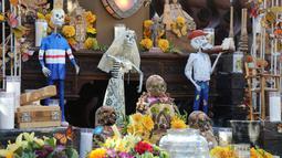 Berbagai dekorasi terlihat saat perayaan Hari Orang Mati di San Antonio, Texas, Amerika Serikat (2/11/2020). Hari Orang Mati adalah hari raya Meksiko yang melibatkan keluarga dan teman berkumpul untuk berdoa serta mengenang teman dan anggota keluarga yang telah meninggal. (Xinhua/Lie Ma)