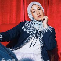 Model hijab Natasha Rizky yang satu ini dibuat ramping di bagian leher. Sehingga membuat wajahnya terkesan lebih kecil dan tirus. (Instagram/natasharizkynew)
