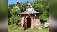 Dibuat dari batang kayu yang diameternya kurang lebih 5 meter.