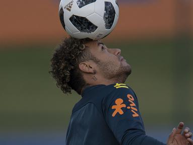 Striker Brasil, Neymar, melakukan juggling saat latihan di Granja Comary, Rio de Janeiro, Selasa (22/5/2018). Latihan ini merupakan persiapan jelang Piala Dunia 2018. (AFP/Mauro Pimentel)
