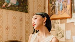 Dress yang dikenakan Naura terlihat senada. Ia mengenakan dress dengan motif bunga-bunga dan menonjolkan kesan vintage. (Liputan6.com/IG/naura.ayu)