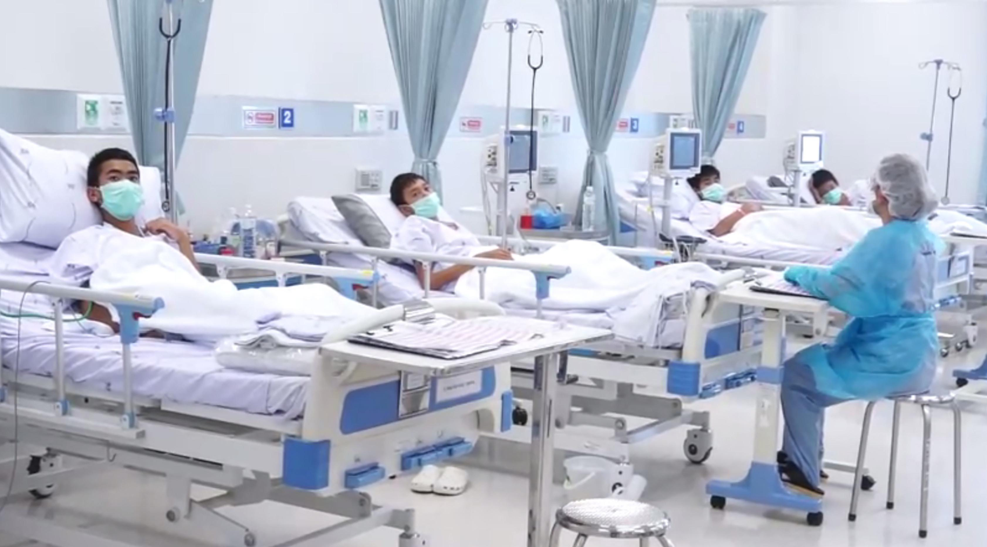 Tim sepak bola remaja Thailand dirawat di sebuah rumah sakit di Chiang Rai, Thailand, Rabu (11/7). Psikis dan fisik 12 remaja yang selamat dalam kondisi baik. (Thai Government Public Relations Department (PRD)and Government Spokesman Bureau/AFP)