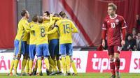 Para pemain Swedia merayakan gol ke gawang Denmark pada leg kedua play-off Piala Eropa 2016 di Parken Stadium, Kopenhagen, Rabu (18/11/2015) dini hari WIB. (AFP PHOTO / Jonathan Nackstrand)