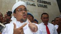 Pimpinan FPI Rizieq Shihab memberikan keterangan setibanya di Polda Metro Jaya, Jakarta, Rabu (1/2). Rizieq Shihab akan diperiksa sebagai saksi terkait kasus dugaan makar yang disangkakan pada Sri Bintang Pamungkas. (Liputan6.com/Immanuel Antonius)