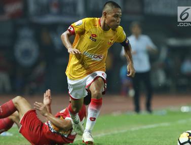 Aksi Evan Dimas dan Ilham Udin Armaiyn Saat Laga Selangor FA Lawan Persija