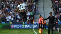 Bek Jerman, Jerome Boateng, merayakan gol ke gawang Slovakia pada laga babak 16 besar Piala Eropa 2016 di Stade Pierre-Mauroy, Lille, Minggu (26/6/2016). (AFP/Patrik Stollarz)