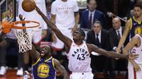 Pebasket Toronto Raptors, Pascal Siakam, berusaha memasukan bola saat melawan Golden State Warriors pada laga Final NBA di Scotiabank Arena, Toronto, Kamis (30/5). Raptors menang 118-109 atas Warriors. (AP/Nathan Denette)