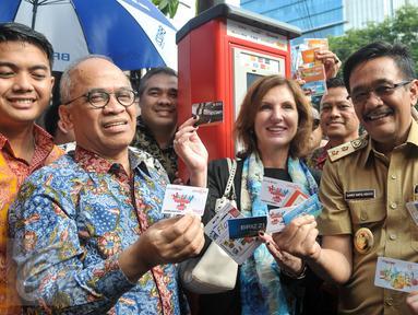 Wagub DKI Jakarta Djarot Saiful Hidayat menujukan kartu yang bisa digunakan untuk akses TPE, Jakarta, Senin (24/10). Pemprov DKI resmi menerapkan sistem pembayaran parkir pinggir jalan (on street) dengan TPE. (Liputan6.com/Yoppy Renato)