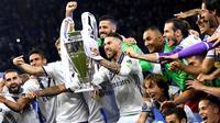 Kapten Real Madrid, Sergio Ramos, bersama rekannya mengangkat trofi Liga Champions setelah memenangkan final Liga Champions dengan mengalahkan Juventus 4-1  di Stadion Millennium, Cardiff, (03/06/2017). (EPA/Aandy Rain)