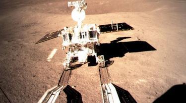 Foto dari Badan Administrasi Antariksa Nasional China pada 3 Januari 2019 ini menunjukkan Yutu-2, wahana penjelajah Bulan milik China, yang terlihat meninggalkan jejak setelah mendarat di permukaan sisi jauh Bulan. (Xinhua)