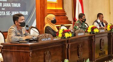 Gubernur Jatim  Khofifah Indar Parawansa bersama jajaran Forkopimda. (Dian Kurniawan/Liputan6.com)