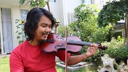 Tak hanya terkenal akan kelucuannya, salah satu daya tarik Dodit adalah kemampuannya bermusik. Alat musik yang kerap dibawanya adalah biola. Saat di rumah, Dodit juga kerap bersantai dengan memainkan biolanya. (Liputan6.com/IG/@dodit_mul)