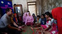 Kapolres Pemalang beserta rombongan berbincang dengan keluarga Kamari, yang empat anggota keluarganya menderita lumpuh layu. (Foto: Liputan6.com/Polres Pemalang/Muhamad Ridlo)