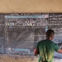 Seorang guru mengajarkan ilmu komputer lewat papan tulis. (Foto: Facebook/Owura Kwadwo Hottish)