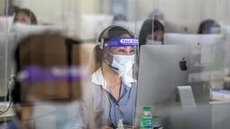 Sejumlah guru berlisensi menjawab panggilan telepon di Tele-Aral Center, Manila (6/10/2020). Tele-Aral Center adalah program saluran telepon khusus (hotline) nasional Filipina untuk membantu siswa mengikuti belajar kelas daring saat beradaptasi dengan pandemi COVID-19. (Xinhua/Rouelle Umali)