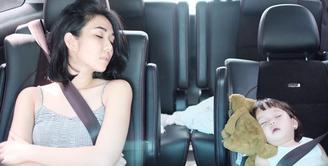 Beberapa waktu silam, Gading mengabadikan momen saat Gisella Anastasia dan Gempi sedang tertidur di mobil. Ibu dan anak ini terlihat begitu kompak. (Foto: instagram.com/gadiiing)