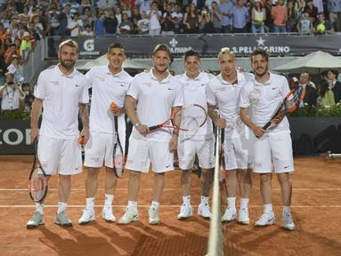 "Daniele De Rossi, Leandro Paredes, Francesco Totti, Juan Manuel Iturbe, Radja Nainggolan, dan Alessandro Florenzi bermain tenis dalam acara amal ""Tennis With Stars"". (www.asroma.it)"