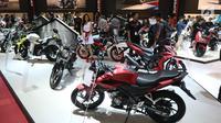 Suasana pameran Indonesia Motorcycle Show (IMOS) 2018 di JCC, Jakarta, Rabu (31/10). Pameran ini ditargetkan menjadi barometer bagi para pelaku industri, komunitas sepeda motor, dan konsumen. (Liputan6.com/Angga Yuniar)