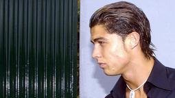 Bintang Manchester United, Cristiano Ronaldo, saat menghadiri pemakaman sang ayah tahun 2005. (AFP/Gregorio Cunha)
