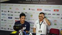 Pelatih Pelita Jaya, Johanis Winar, kanan. (Bola.com/Budi Prasetyo Harsono)