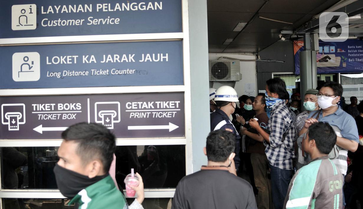 Calon penumpang mengurus pembatalan tiket perjalanan kereta api di Stasiun Pasar Senen, Minggu (29/3/2020). PT KAI Daop 1 Jakarta membatalkan sejumlah perjalanan keberangkatan kereta jarak jauh hingga 1 Mei 2020 sebagai pencegahan penyebaran virus Corona. (merdeka.com/Iqbal Nugroho)