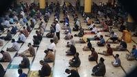 Sejumlah warga antusias melaksanakan salat Jumat di Masjid Raya Bandung, Jumat (12/6/2020). Ibadah salat berjamaah ini merupakan yang pertama digelar di Masjid Raya Bandung di masa pandemi Covid-19. (Liputan6.com/Huyogo Simbolon)