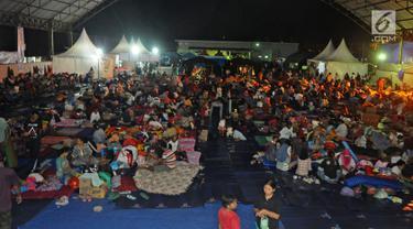 Ribuan pengungsi terdampak Tsunami Selat Sunda memadati Posko pengungsian Lapangan Tenis Indoor Kalianda, Lampung Selatan, Jumat (28/12). Sebanyak 2.514 warga Pulau Sebesi berada di posko sejak 22 Desember. (Liputan6.com/Herman Zakharia)