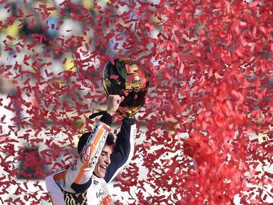 Marc Marquez merayakan keberhasilannya meraih gelar juara MotoGP 2017 usai balapan MotoGP Valencia di Ricardo Tormo Circuit, Cheste, (12/11/2017). Gelar tersebut merupakan yang keempat buat Marquez.  (AFP/Jose Jordan)