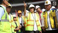 Menteri Keuangan Sri Mulyani bersama Menteri PUPR Basuki Hadimuljono meninjau Stadion Utama Gelora Bung Karno di Senayan, Jakarta, Kamis (23/11). Sri Mulyani dan Menteri Basuki mengunjungi sejumlah venue Asian Games 2018. (Liputan6.com/Angga Yuniar)