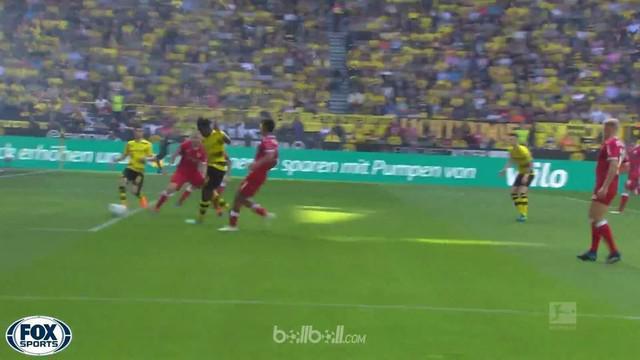 Berita video gol mustahil Christian Pulisic saat Borussia Dortmund menang 3-0 atas Stuttgart dalam lanjutan Bundesliga 2017-2018. This video presented by BallBall.