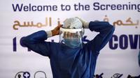 Petugas medis terlihat di lokasi pengujian COVID-19 di Rumah Sakit Khusus Universitas Ain Shams, Kairo, Mesir, Senin (13/7/2020). Hingga 13 Juli 2020, jumlah infeksi COVID-19 di Mesir terkonfirmasi telah mencapai angka 83.001 kasus. (Xinhua/Ahmed Gomaa)