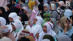 Peserta aksi massa Gerakan Nasional Kedaulatan Rakyat berbuka puasa bersama saat unjuk rasa di depan Gedung Bawaslu, Jalan MH Thamrin, Jakarta, Selasa (21/5/2019). Dalam aksinya, mereka Bawaslu memeriksa hasil Pemilu 2019 yang dinilai banyak terdapat kecurangan. (Liputan6.com/Helmi Fithriansyah)