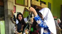 Tim KKN II Undip bekerja sama dengan Kompos (Komunitas Pemerhati dan Pengelola Sampah) melaksanakan sosialisasi serta pelatihan pengelolaan sampah di Dusun Watugandu, Kabupaten Semarang.