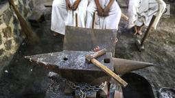 Alat penunjang untuk membuat keris di Besalen Kyai Sela Pamujan Karangklesem, Banyumas, Jawa Tengah, Senin (22/4). Baselan atau bengkel keris mampu memproduksi tiga jenis keris Ageman, Tayuhan dan Cinderamata dengan lama pengerjaan 1 bulan-1 tahun. (Liputan6.com/Fery Pradolo)