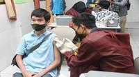 Seorang pelajar di SMA Negeri 2 Kota Malang disuntik vaksin Covid-19 pada Rabu, 4 Juli 2021. Puluhan ribu siswa tingkat SMA dan sederajat juga akan menerima vaksinasi secara bergiliran (Humas Pemkot Malang)