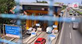 Sejumlah pengguna jasa tol saat melakukan transaksi pembayaran di gerbang tol Karang Tengah, Tangerang, Selasa (24/11/2020). Kementerian PUPR segera menerapkan teknologi transaksi pembayaran tol non-tunai tanpa sentuh (nir-sentuh) atau multi-lane free flow (MLFF). (Liputan6.com/Angga Yuniar)