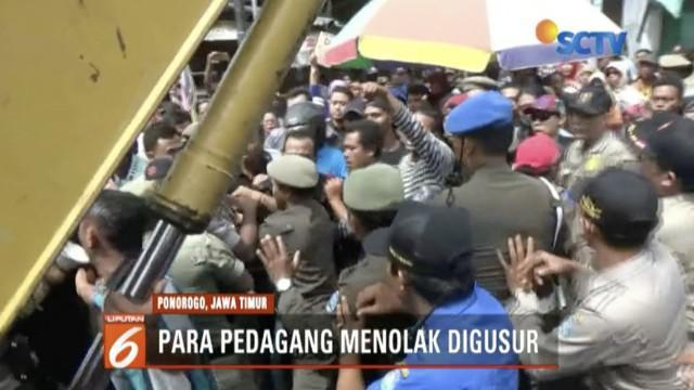 Eksekusi pasar di lahan bekas stasiun di Ponorogo, Jawa Timur, berlangsung ricuh.