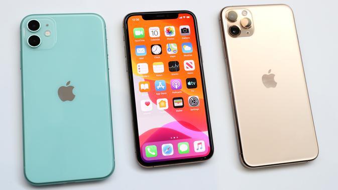Penampakan Apple iPhone 11 (kiri) dan iPhone 11 Pro (kanan) saat ditampilkan di Steve Jobs Theatre Cupertino, California, Amerika Serikat, Selasa (10/9/2019). Penjualan iPhone 11, iPhone 11 Pro, dan iPhone 11 Max Pro dilakukan pada Jumat, 20 September 2019. (Justin Sullivan/Getty Images/AFP)